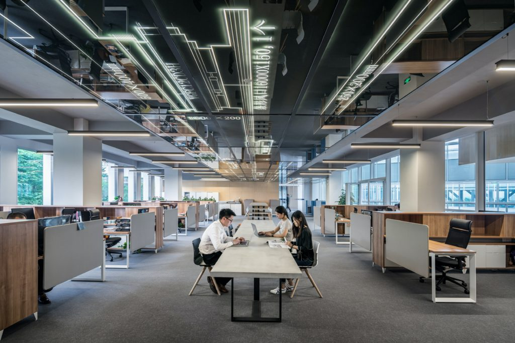Interieurfoto kantoor amsterdam - industriele kantoortuin met projecttafel en werkplekken rondom