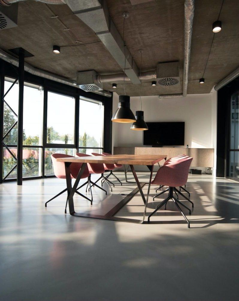 interieurfoto kantoor Amsterdam - Overleg tafel in een lege kantoorruimte