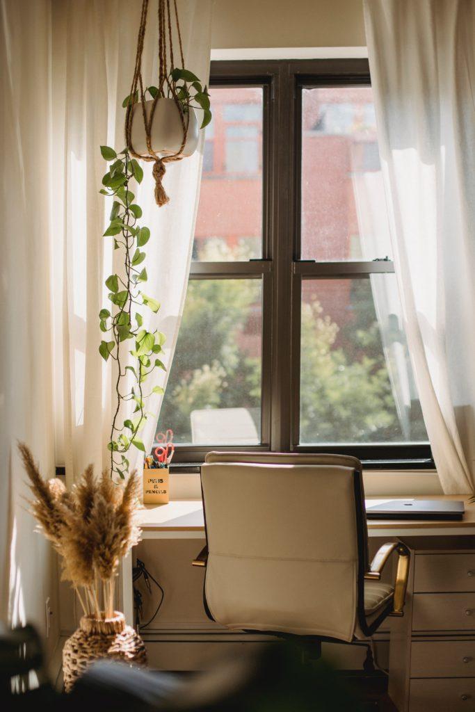 Interieurfoto thuiswerkplek - bureau bij het raam