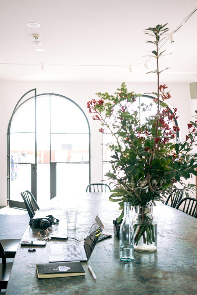 Interieurfoto van thuiswerkplek - werkplek aan de eettafel