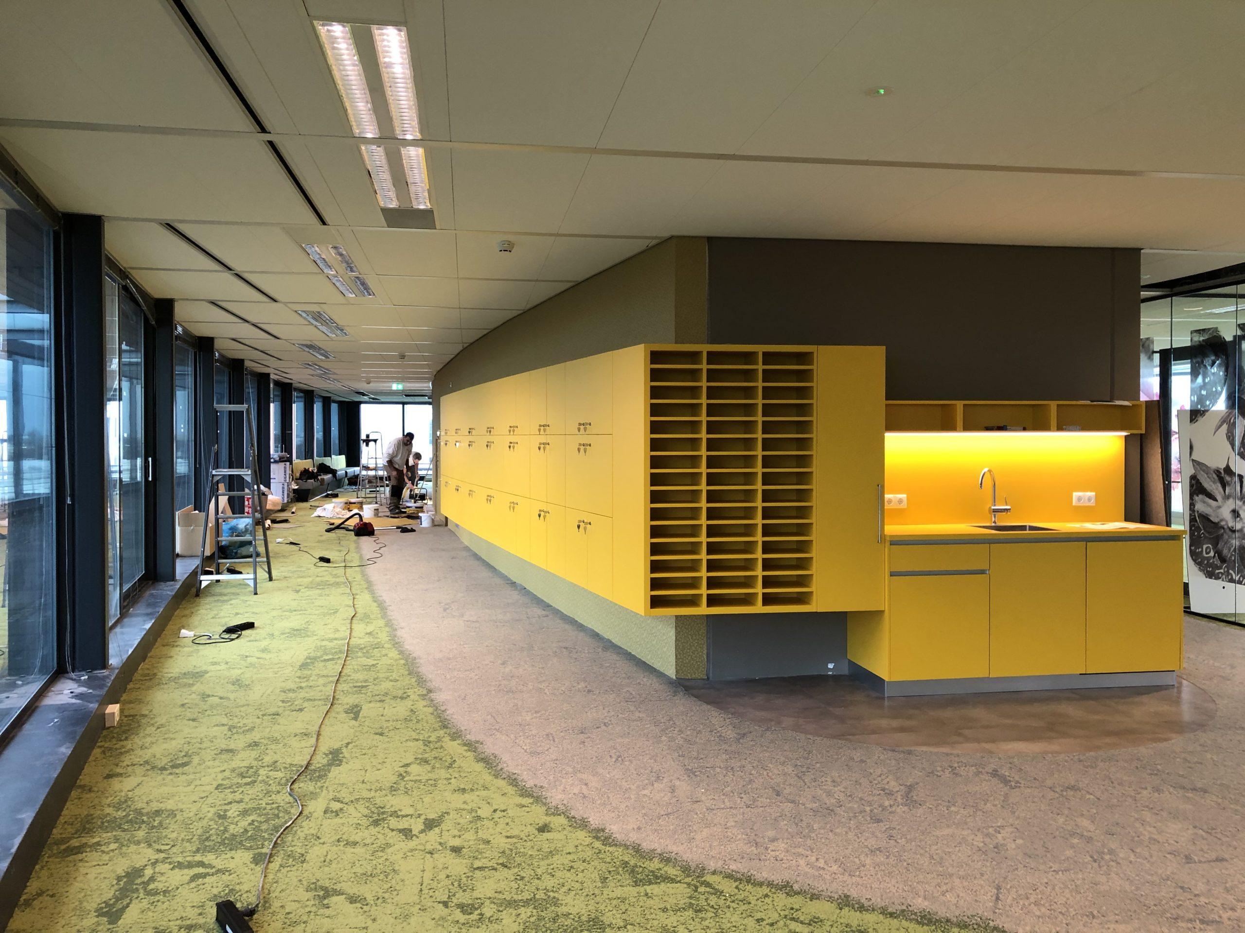 kantoorverbouwing maatwerkmeubilair pantry-postvakken-locker kast