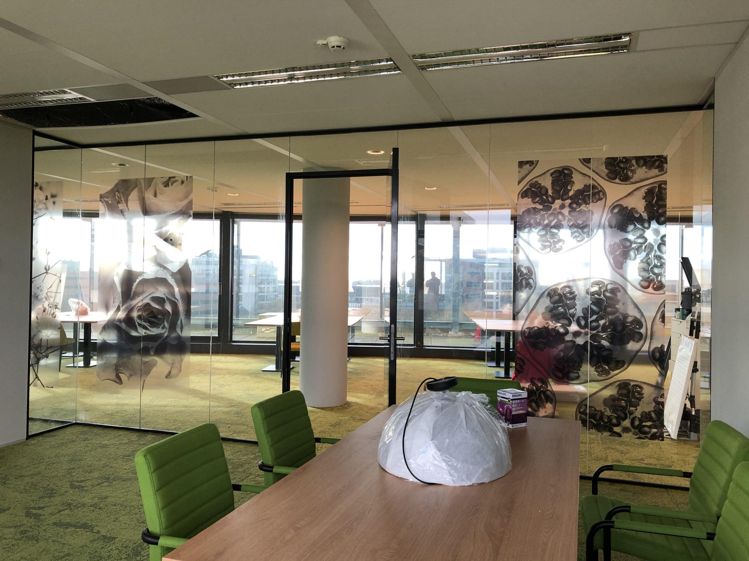 Moderne Kantoorruimte met  glazen wanden voorzien van fotofolie