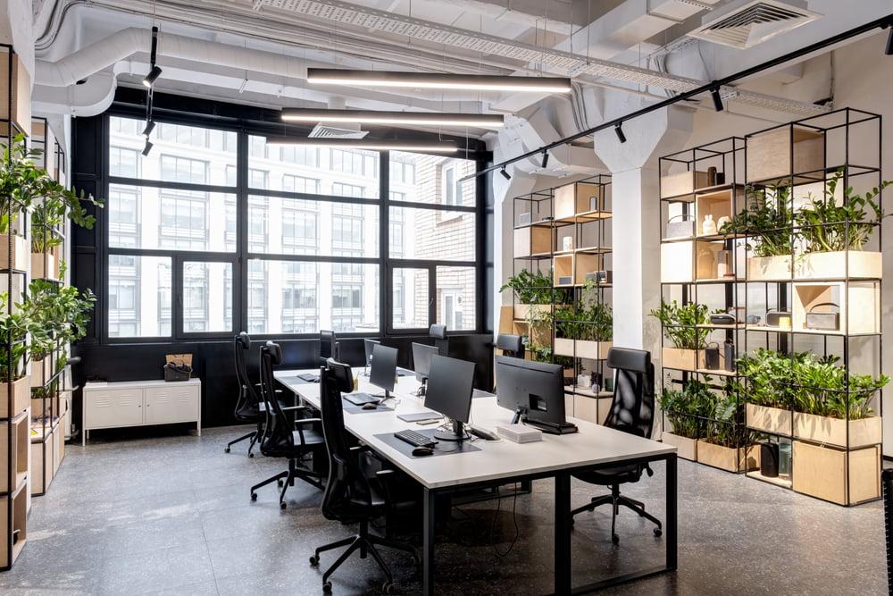 moderne kantoorinrichting met beplanting en werplekken bench